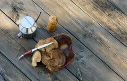 Bodegon fez com os cogumelos do cardo na tabela envelhecida IV fotos de stock