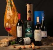 Bodegon gevarieerde wijnen Rioja en Iberische ham Stock Afbeeldingen