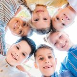 bodem biew van groep aanbiddelijke schoolkinderen stock fotografie