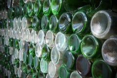 Bodem van de flessentextuur Glas, Vuile lege wijnflessen CLO royalty-vrije stock afbeeldingen