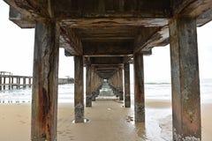 Bodem van de visserijpijler op een regenachtige dag royalty-vrije stock afbeelding