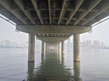 Bodem van een grote brug stock afbeeldingen