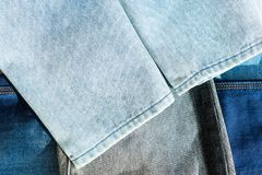 Bodem van het lichtblauwe jeans liggen Stapel verschillende broek royalty-vrije stock afbeeldingen