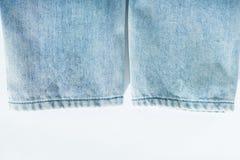 Bodem van lichtblauwe jeans op witte achtergrond stock foto
