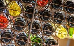 Bodembasis van bierfles in cratle royalty-vrije stock afbeeldingen
