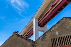 Bodemmening van de bouw van de brug op 25 April in L Stock Foto