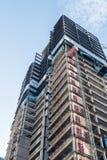 Bodemmening van een in aanbouw wolkenkrabber in Seattle op een duidelijke dag royalty-vrije stock foto's