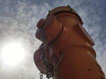 Bodemmening van een hydrant in een hete en zonnige dag Stock Afbeeldingen
