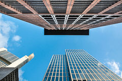 Bodemmening van moderne wolkenkrabbers in bedrijfsdistrict tegen B Royalty-vrije Stock Foto's