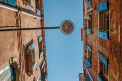 Bodemmening van Traditionele straatlantaarn bij een oud Venetiaans huis met houten spelden op de draad in het midden van de dag Royalty-vrije Stock Fotografie