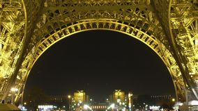 Bodemmening van verlichte de Torennacht van Eiffel, staalbouw, stadssymbool stock videobeelden