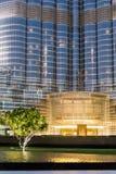Boden-Boden von Burj Khalifa mit Beleuchtung und Baum am Abend, Dubai Lizenzfreie Stockfotografie
