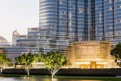 Boden-Boden von Burj Khalifa mit Beleuchtung und Baum am Abend, Dubai Lizenzfreie Stockfotos
