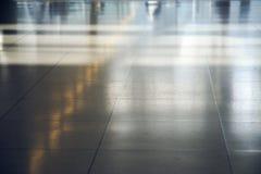 Boden im Flughafen mit Reflexionen des Lichtes Stockfotos