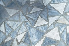 Boden oder Oberfläche zeichneten mit Marmorplatten der dreieckigen Form Stockfoto