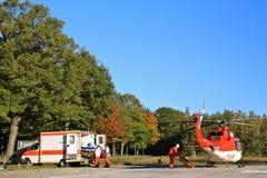 Boden-und Luft-Krankenwagen, der zusammenarbeitet stockfoto