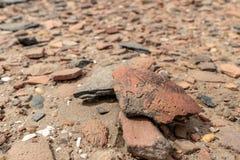Boden zerstreut mit thousends von Stücken zerstreuten Tonwaren auf einer archäologischen Fundstätte auf Sai Island im Sudan lizenzfreie stockbilder