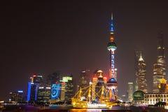 Bodenhöhe geschossen von Shanghai Pudong-Skylinen bis zum Nacht Ein langer Fensterladen mit den schönen Neonlichtern der Stadt Sc Stockbilder