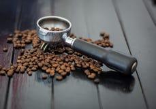 Bodenloser Filter und Kaffeebohnen Lizenzfreie Stockfotografie