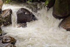 Bodenperspektive und Gebirgswasserfall Stockbilder