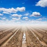 Bodenvorbereitung und blauer Himmel Lizenzfreie Stockfotos