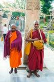 BODHIGAYA, LA INDIA - 13 DE MAYO DE 2014: Soporte de los monjes de Unknow para la caridad Imágenes de archivo libres de regalías