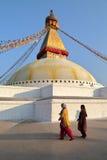 BODHNATH, НЕПАЛ - 22-ОЕ ДЕКАБРЯ 2014: 2 непальских женщины на Bodhnath Stupa около Катманду Стоковые Фотографии RF