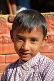 BODHNATH, НЕПАЛ - 24-ОЕ ДЕКАБРЯ 2014: Портрет маленькой девочки на виске Ichangu Narayan около Катманду Стоковое Изображение