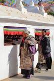 BODHNATH, NEPAL - 24 DE DEZEMBRO DE 2014: Peregrinos tibetanos que andam em torno do Stupa em Bothnath perto de Kathmandu fotos de stock