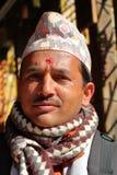 BODHNATH, NEPAL - 24 DE DEZEMBRO DE 2014: Retrato de um homem nepalês que veste o chapéu nepalês tradicional do Topi de Dhaka em  imagem de stock