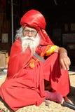 BODHNATH, NEPAL - 24 DICEMBRE 2014: Ritratto di un uomo anziano con una barba lunga a Ichangu Narayan Temple vicino a Kathmandu Fotografie Stock Libere da Diritti