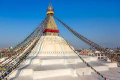 Bodhnath stupa i Katmandu med buddha ögon och bönflaggor Fotografering för Bildbyråer