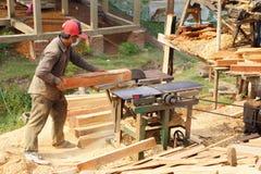 BODIA - 9 februari, 2015 - Arbeider die hout voor balustrade vormen Stock Fotografie