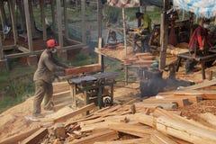 BODIA - 9 februari, 2015 - Arbeider die hout voor balustrade vormen Royalty-vrije Stock Afbeeldingen