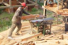 BODIA - 9 februari, 2015 - Arbeider die hout voor balustrade vormen Stock Afbeeldingen
