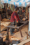 BODIA - 9 februari, 2015 - Arbeider die hout voor balustrade vormen Royalty-vrije Stock Afbeelding