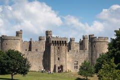 BODIAM, SUSSEX/UK- DEL ESTE 24 DE JUNIO: Castillo de Bodiam tomado de un pub fotografía de archivo