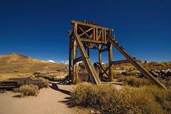 古金色在Bodie鬼城和工具放弃的矿机器 库存图片