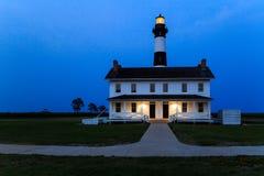 Bodie Island Lighthouse dichtbij de Inham NC van Oregon bij schemer, het blauwe uur Stock Afbeeldingen