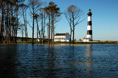 Bodie Island Lighthouse After Flooding - som omges av vatten royaltyfria bilder