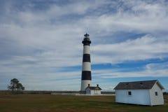 Bodie Island Lighthouse och omgeende jordning Arkivfoto