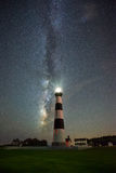 Bodie Island Lighthouse sous la galaxie de manière laiteuse photos stock