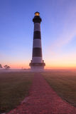Bodie Island Lighthouse Vertical Fog-Baken Stock Foto