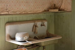 Bodie stanu Historyczny park: miednica, washstand, zlew/ Fotografia Royalty Free