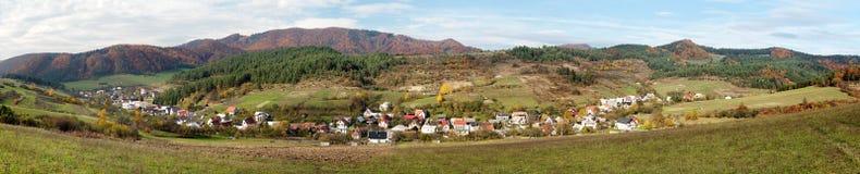 Bodina村庄, vrchy的Strazovske,斯洛伐克全景  免版税库存图片