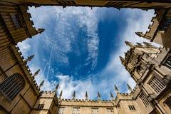 Bodleian biblioteczny podwórzowy przyglądający up przy niebem Zdjęcia Stock