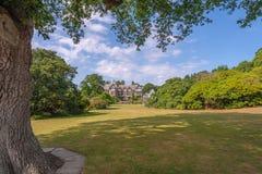 Bodnant Hall beskådade från den storslagna ängen, den Bodnant trädgården, Wales arkivfoton