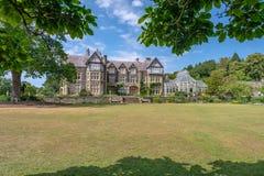 Bodnant Hall, Bodnant trädgård, Wales royaltyfri foto