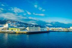Bodo Norge - April 09, 2018: Den utomhus- sikten av stads- byggnader och konstruktionsplatser på berget sid i Bodo Royaltyfri Foto