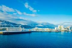 Bodo Norge - April 09, 2018: Den utomhus- sikten av stads- byggnader och konstruktionsplatser på berget sid i Bodo Arkivbilder